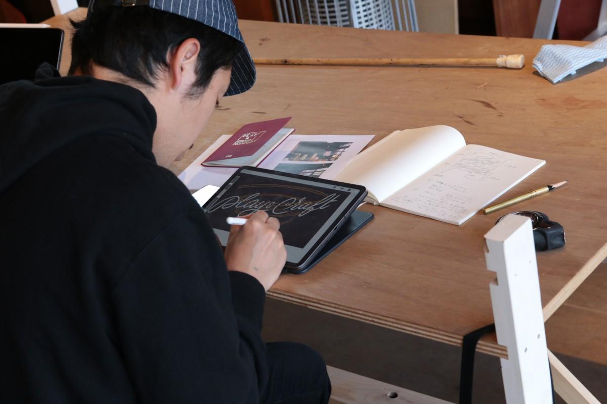 iPadでラフ書き。今回はイラストが多めのリクエスト。綿密な紙面構成を行います。